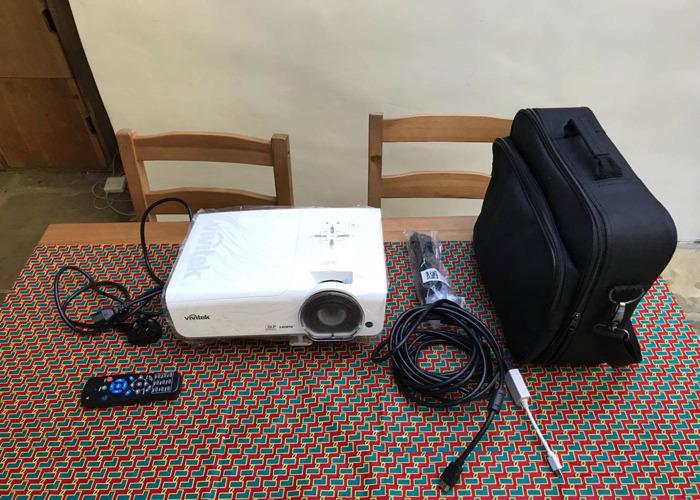 Proyector HD 6000 lúmenes - 1