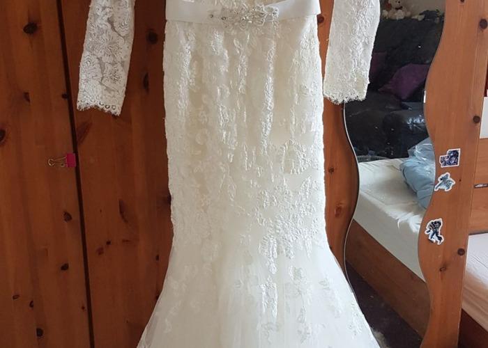 A brand new elegant Benjamin Roberts wedding dress with an  - 2