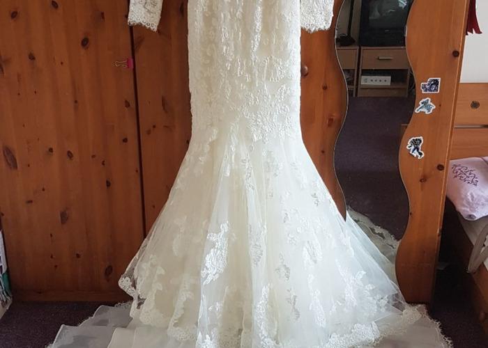 A brand new elegant Benjamin Roberts wedding dress with an  - 1