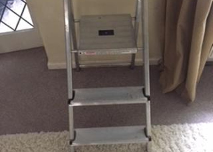 Aluminium 3 tread step ladders - 1