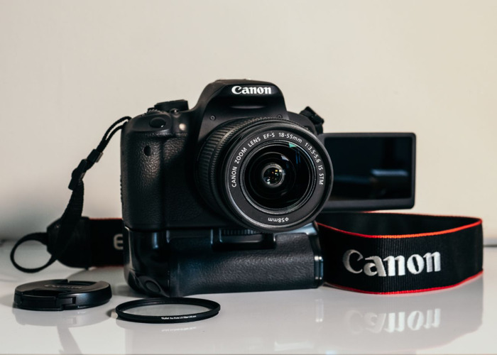Canon EOS 700D + 18-55mm Zoom Lens 1:3.5-5.6 IS STM + Battery Grip - 2