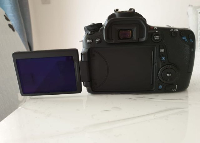 Canon EOS 70D + 3 batteries and Lens - 2