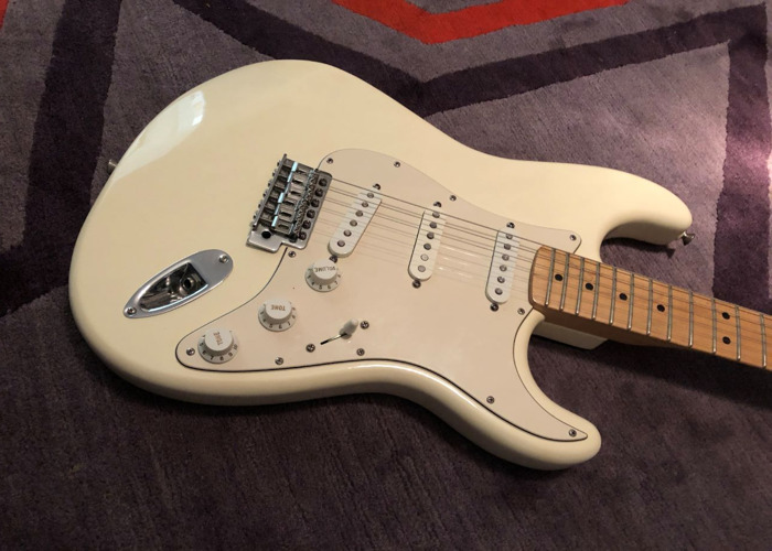 Fender Stratocaster 2006 Classic Arctic White Electric Guitar - 2