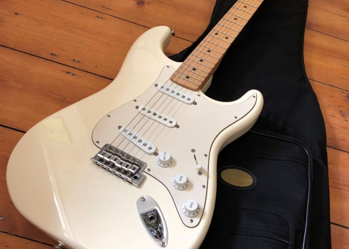 Fender Stratocaster 2006 Classic Arctic White Electric Guitar - 1