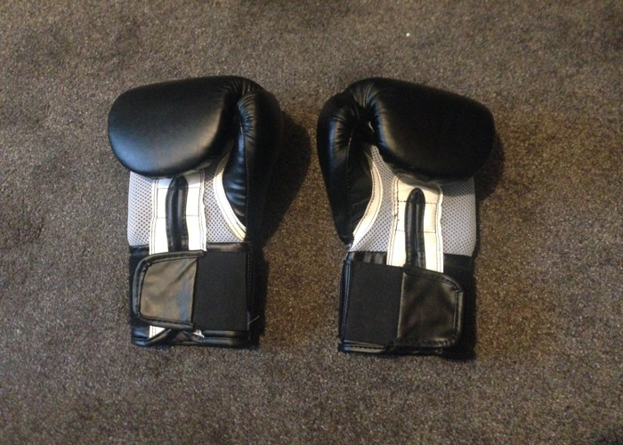 Lonsdale Boxing Gloves & Hand Wraps - 2