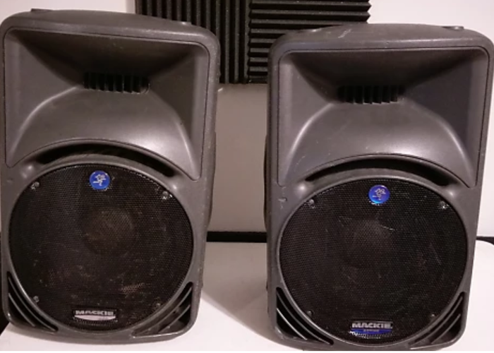 Mackie SRM450 (V1) Active Loudspeakers on stands (pair) - 1