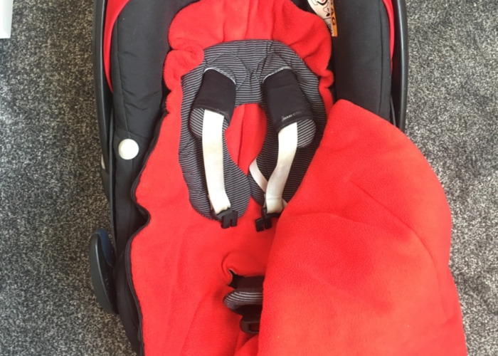 Maxi Cosi Car Seat and FamilyFix Base - 2