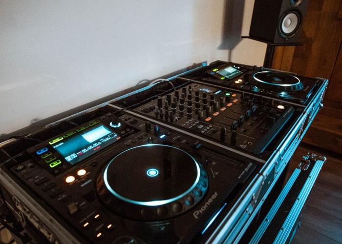 Pioneer CDJ2000 + DJM900 Nexus Setup - 1