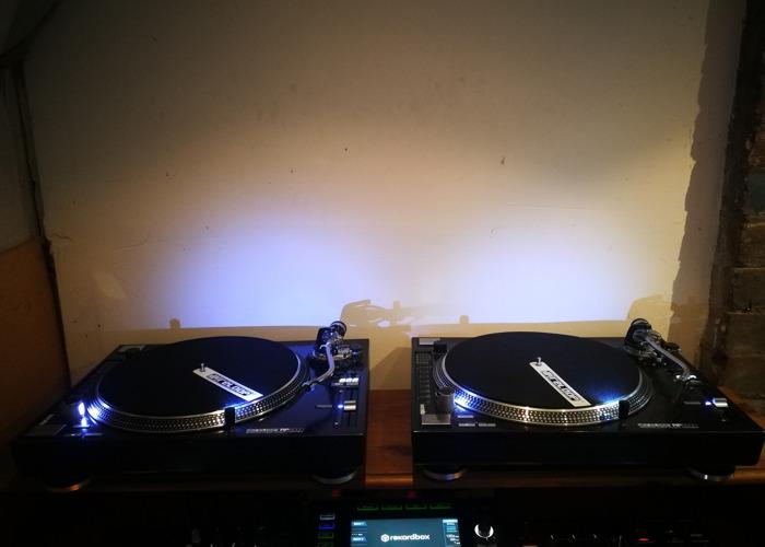 Pioneer XDJ XZ + 2 x Vinyl Turntables. - 2