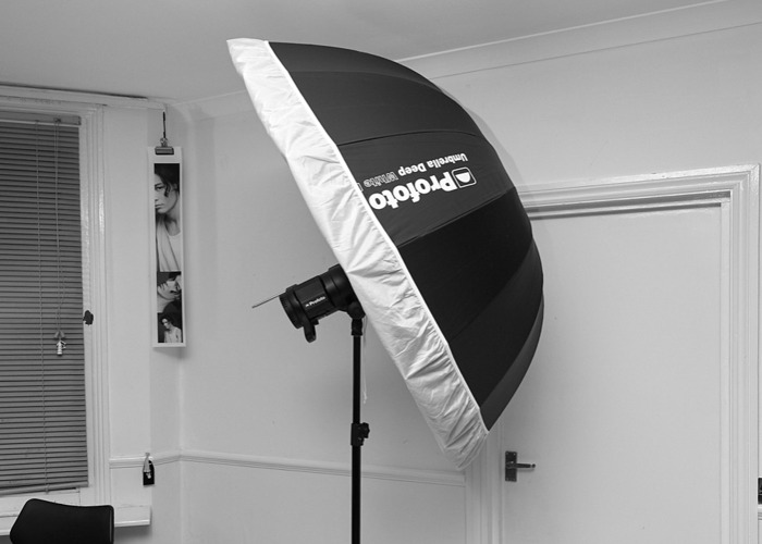 Profoto B1 + 2 batteries +air remote + deep brolly - 1