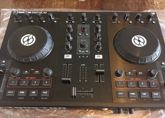 Traktor Kontrol S2 DJ Controller - 1