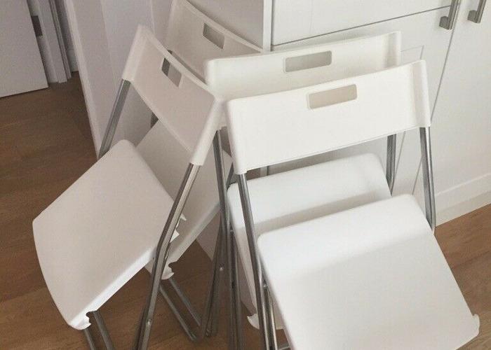 White plastic folding chairs x4 - 1