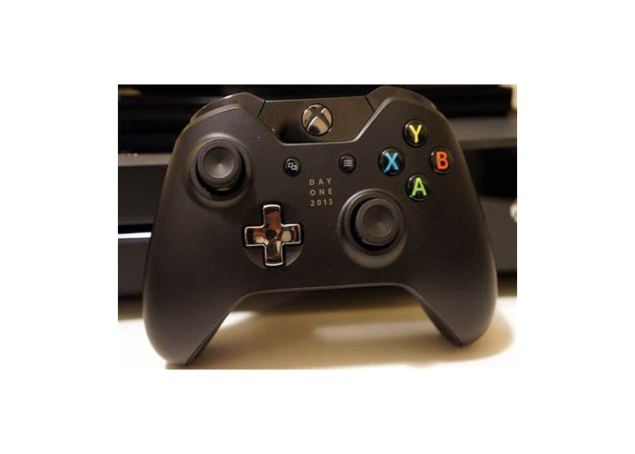 Xbox One with 1 controller - 1